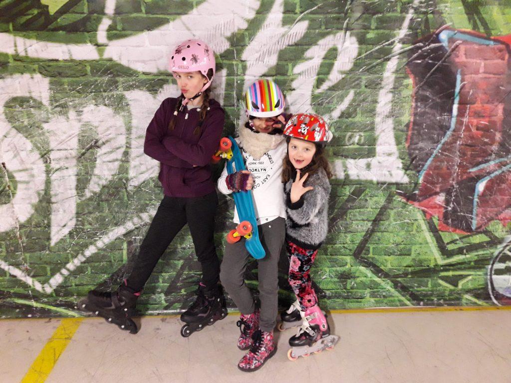 Skaterki w skateparku