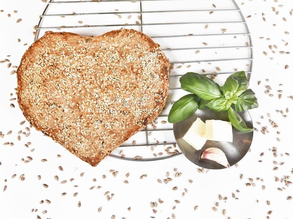 Razowy chleb z ziarnami na drozdzach hygge