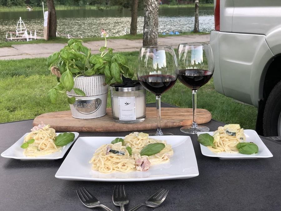 dania które możesz zrobić wkamperze spaghetti carbonara